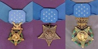 Von links nach rechts die Medal of Honor der Army, Navy/Marine Corps/Coast Guard und Air Force